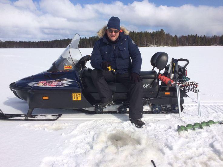 Primavera - Pesca en el lago congelado. Transporte en motonieve